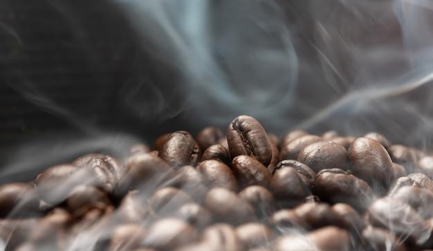 Grains de café aroma avec la fumée qui monte