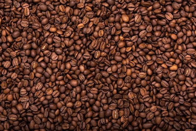 Grains de café aromatisés rôtis, qui peuvent être utilisés comme arrière-plan. vue de dessus