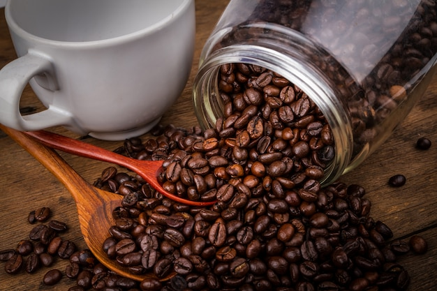 Grains de café au style vintage sur fond en bois ancien.