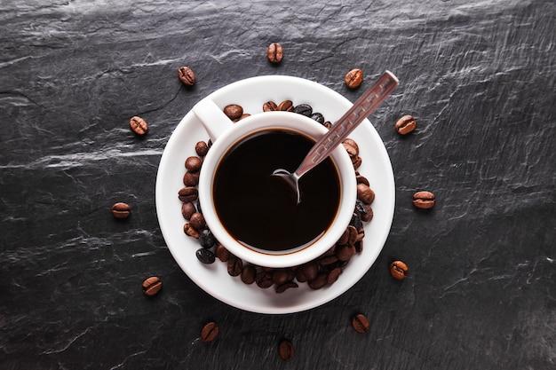 Grains de café autour de la tasse