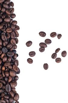 Grains de café sur blanc