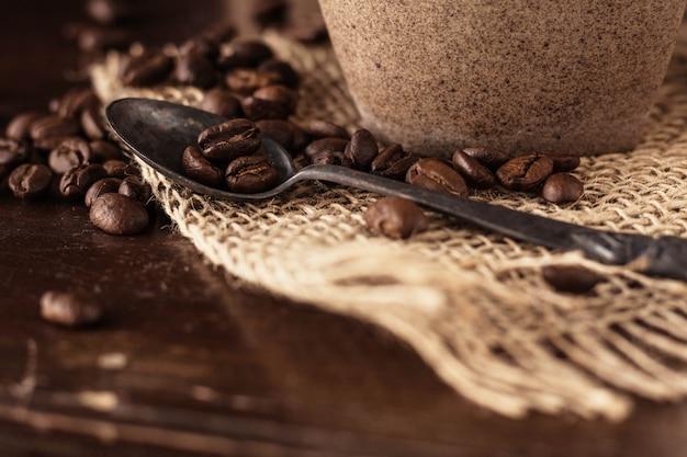 Grains de café sur le bois.