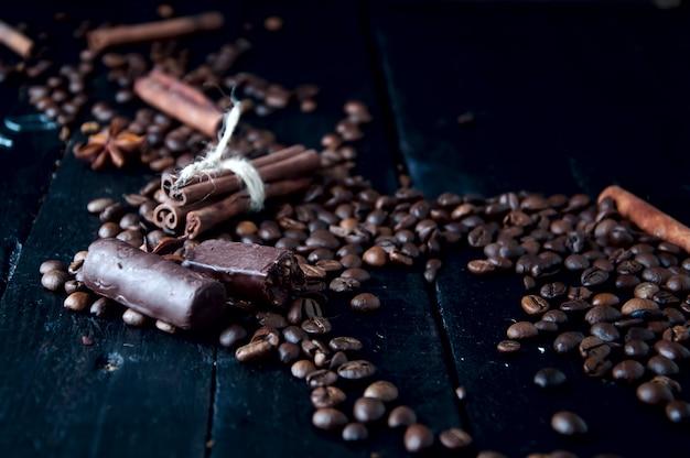 Grains de café et bonbons au chocolat