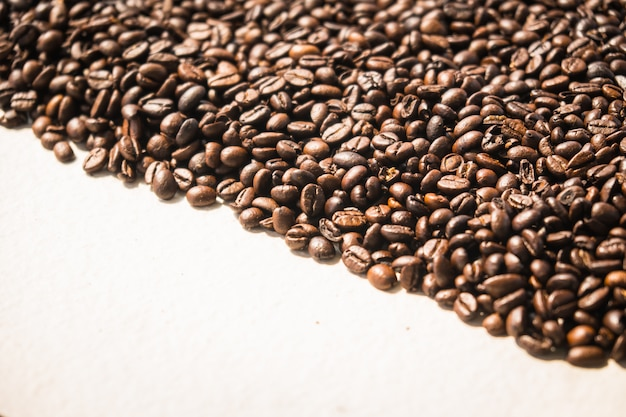 Grains de café bruns et graines