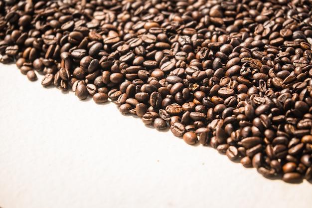 Grains de café bruns et graines