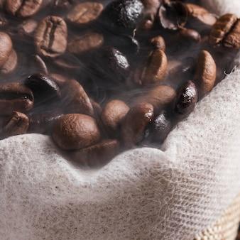 Grains de café bruns en sac