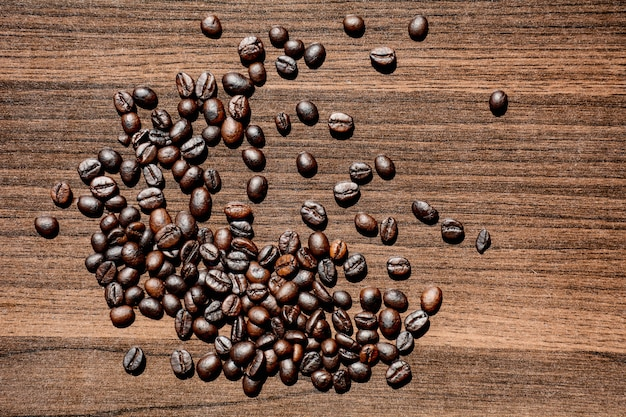 Grains de café sur le bureau en bois