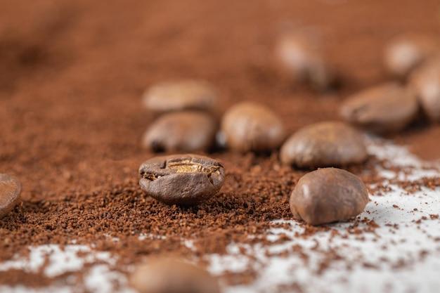 Grains de café sur café mélangé ou poudre de cacao.