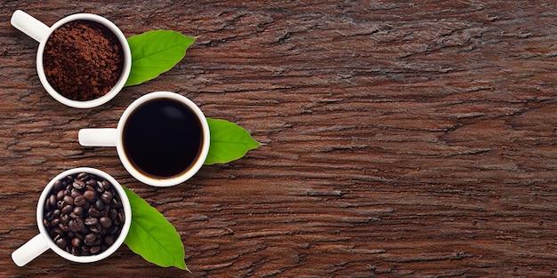 Grains de café, café moulu, eau de café, dans un verre sur bois avec vue de dessus de l'espace