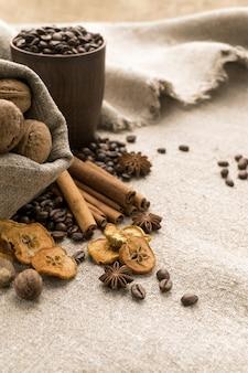 Grains de café, cannelle, anis étoilé, noix, muscade, fruits secs