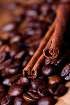 Grains de café et cannelle bâtons closeup