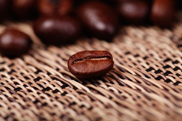 Grains de café closeup sur floue