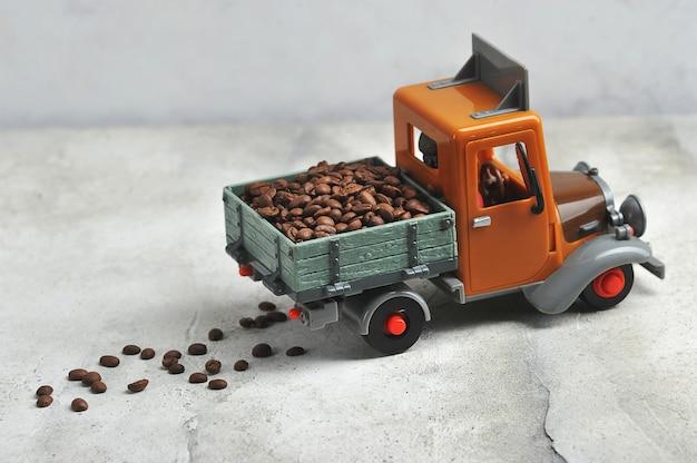 Grains de café dans un camion-benne jouet