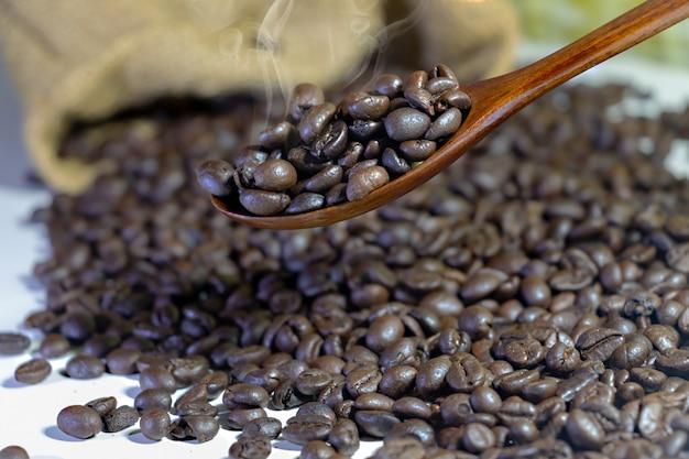 Grains de café dans une cuillère en bois