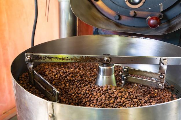 Grains de café dans les machines à torréfier le café