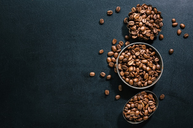 Grains de café dans de petits bols. vue de dessus. notion de café.