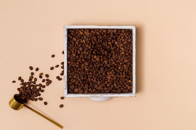 Grains de café dans un récipient