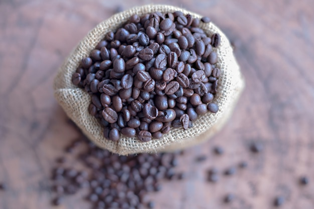 Grains de café dans le sac sur la table