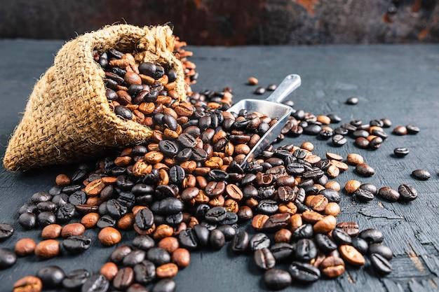 Grains de café dans un sac en tissu brun