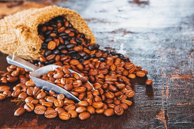 Grains de café dans le sacsac en tissu marron