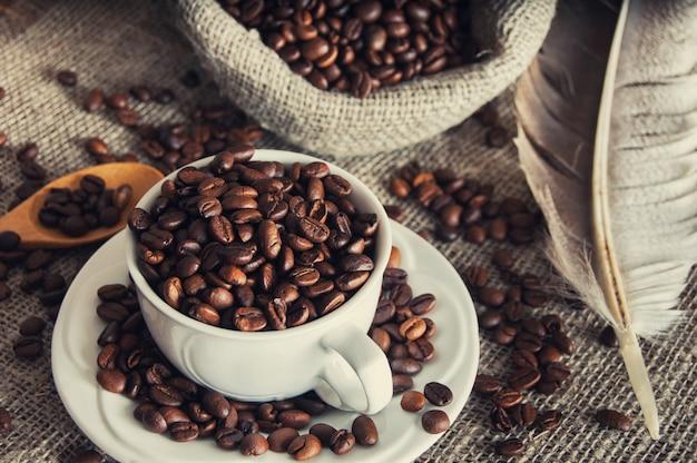 Grains de café dans une tasse blanche
