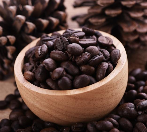 Grains de café dans une tasse bois
