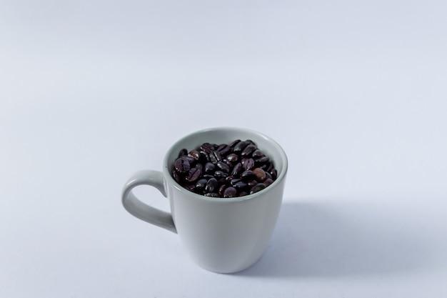Grains de café dans la tasse