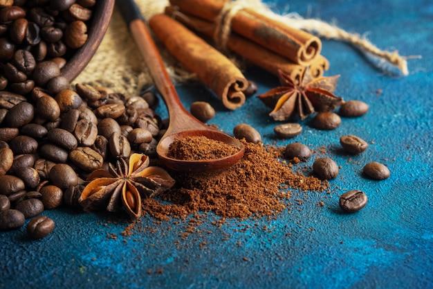 Grains de café dispersés sur un fond de texture bleu