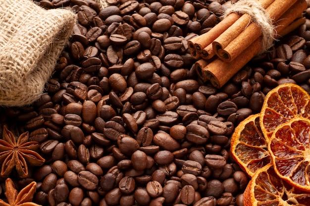 Grains de café dispersés sur la table. idée de concept pour la conception.