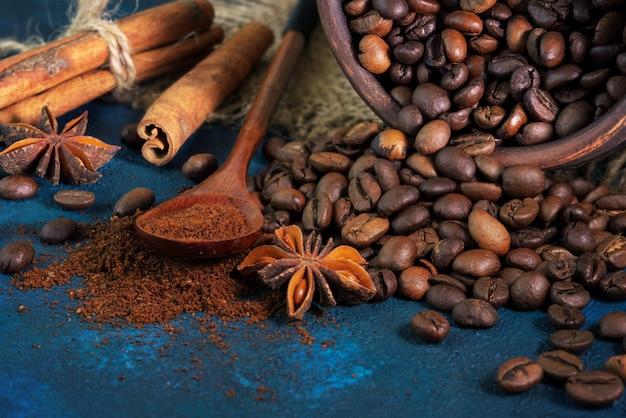 Grains de café dispersés sur une texture bleue