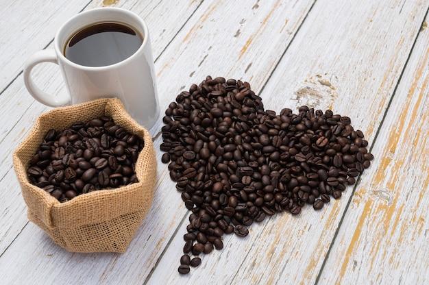 Grains de café disposés en forme de coeur.amour boire du café
