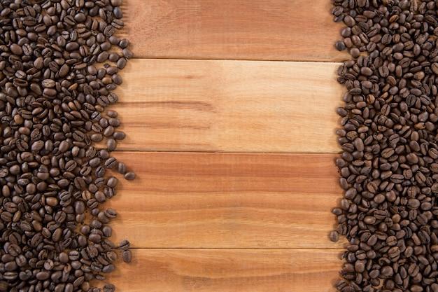 Grains de café disposés sur table en bois