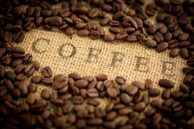 Grains de café entourant le café estampillé sur le sac