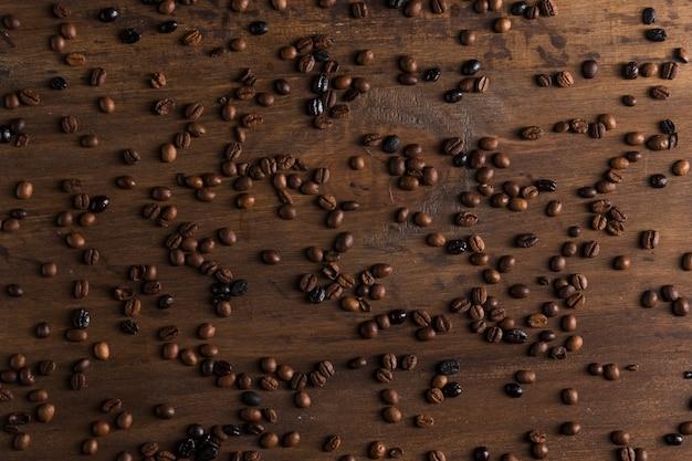 Grains de café épars sur la table