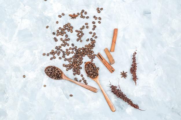 Grains de café et épices sur fond grunge