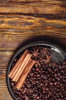 Grains de café et épices.