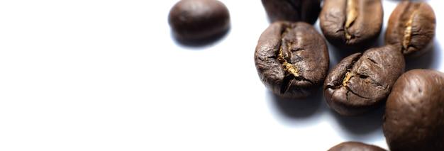 Grains de café sur fond blanc. gros plan photo.