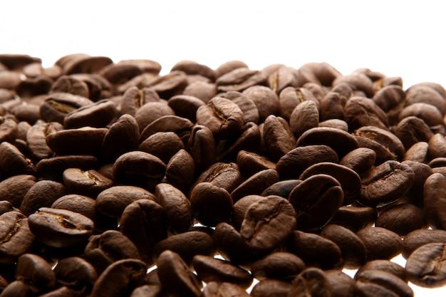 Grains de café sur fond blanc