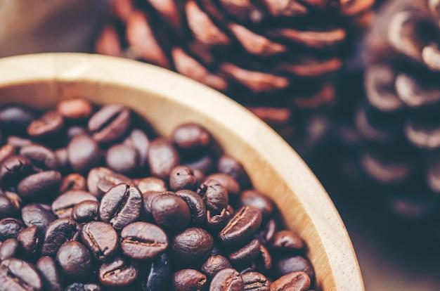 Grains de café sur fond en bois, café arabica, image de filtre vintage