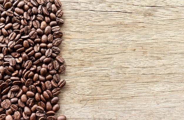 Grains de café sur fond en bois avec espace copie