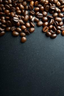 Grains de café. sur un fond en bois vue de dessus. espace de copie.