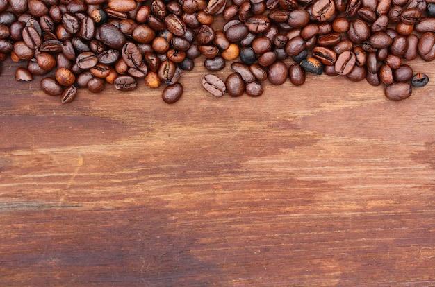 Grains de café sur fond de bois