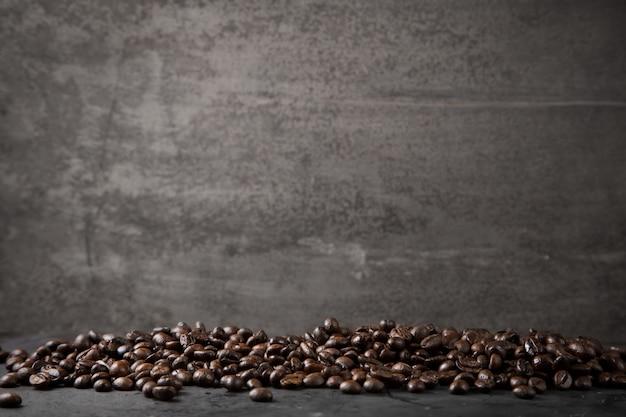 Grains de café sur fond gris métal rustique