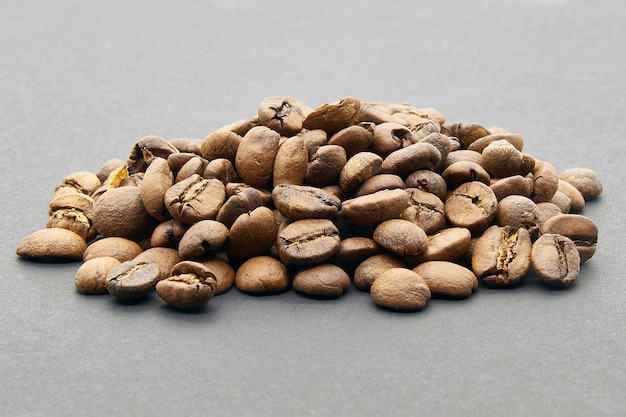 Grains de café sur fond gris