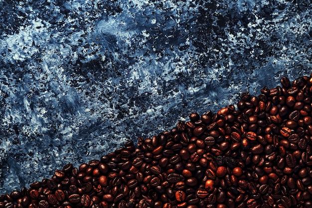 Grains de café sur fond sombre d'un béton
