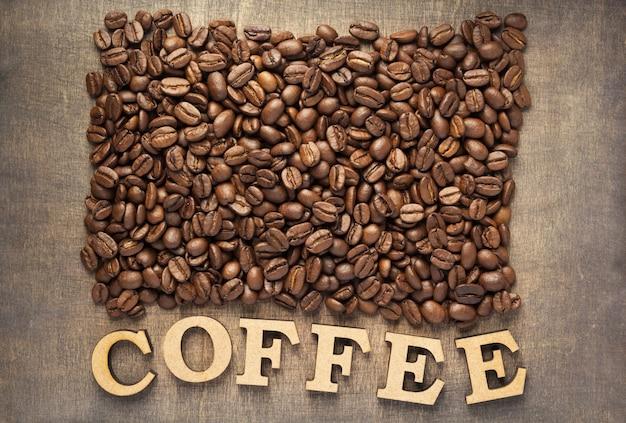 Grains de café sur fond de table en bois, vue de dessus