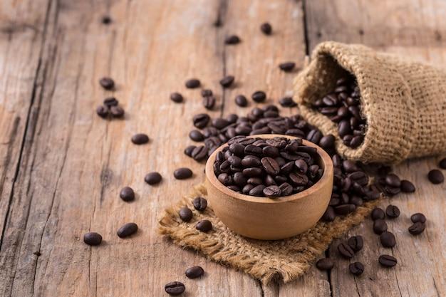 Grains de café sur fond de table en bois