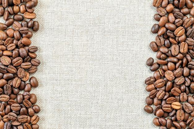 Grains de café sur fond de tissu.