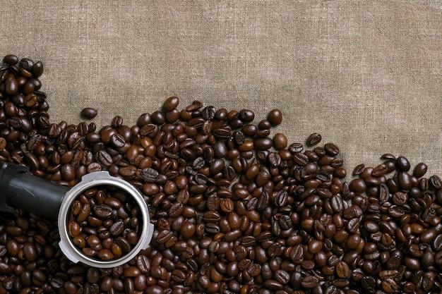 Grains de café sur fond de toile de jute