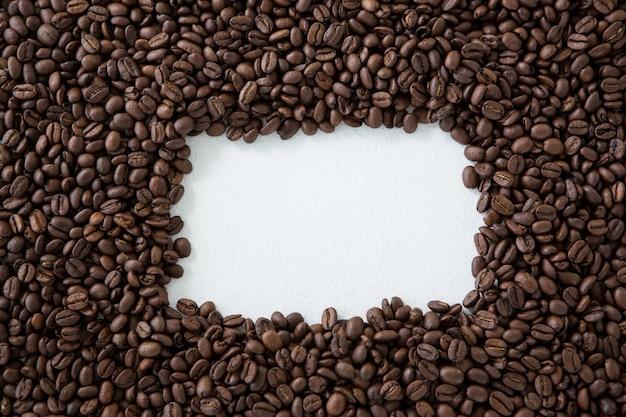 Grains de café formant la forme du cadre